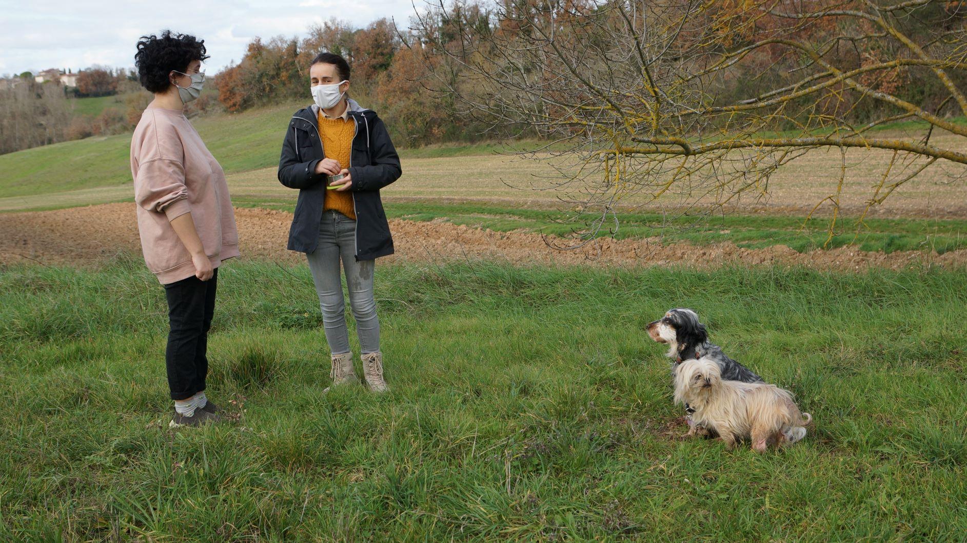 cours education canine en extérieur - deux femmes avec masque, une lhassa apso, une cocker anglaise,